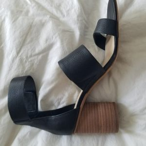VINCE CAMUTO leather strappy sandals